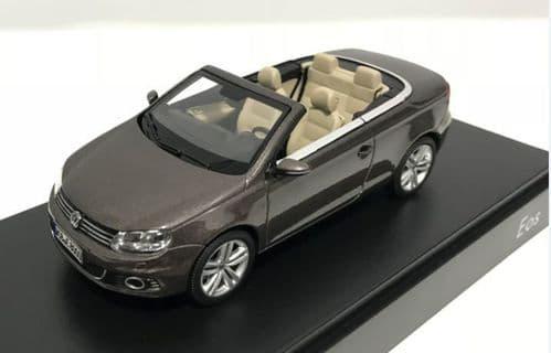 KYOSHO 1Q1099300B8R -  1:43 Scale  VW Eos 2011 - Black Oak met. (Met Brown) - DEALER PACKAGE