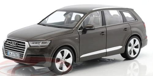 Minichamps 5011407615 - 1:18 Scale Audi Q7 brown metallic 2015 - Audi Dealer Packaging