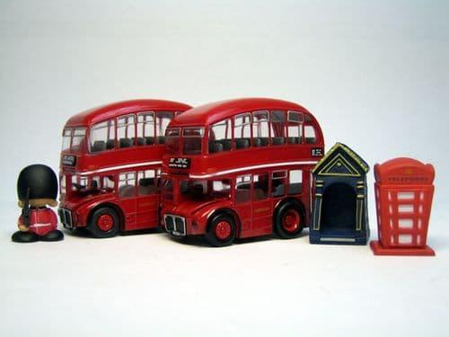 QBART001 - THE LONDON TOURIST SET - 2 X LONDON TRANSPORT ROUTEMASTER BUSES + 3 FIGURES